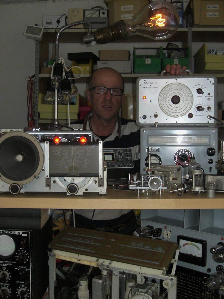 Radiodoktor in seiner Werkstatt