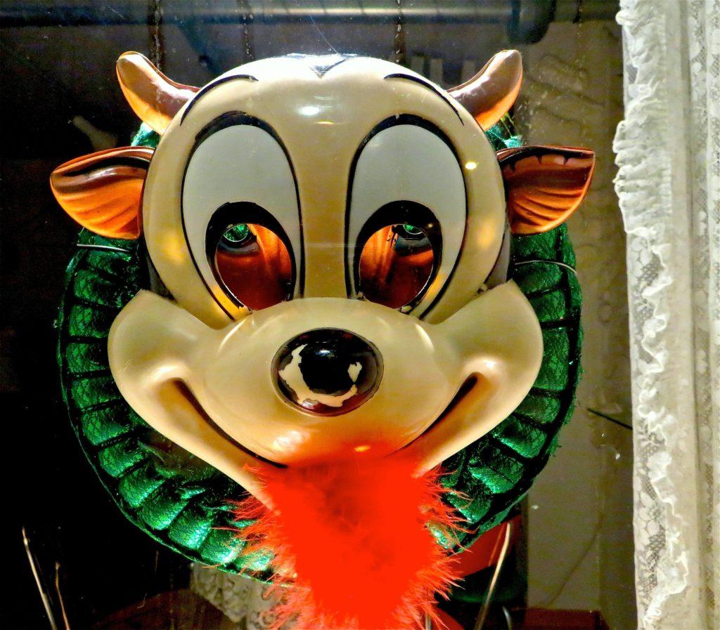 Kuh mit Maske